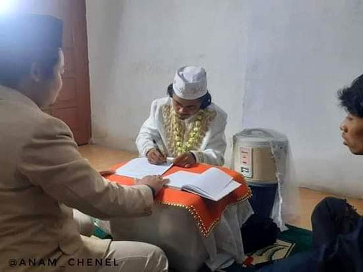 ازدواج عجیب یک مرد با پلوپزش/عروس و داماد در دفتر ازدواج!؟ +عکس