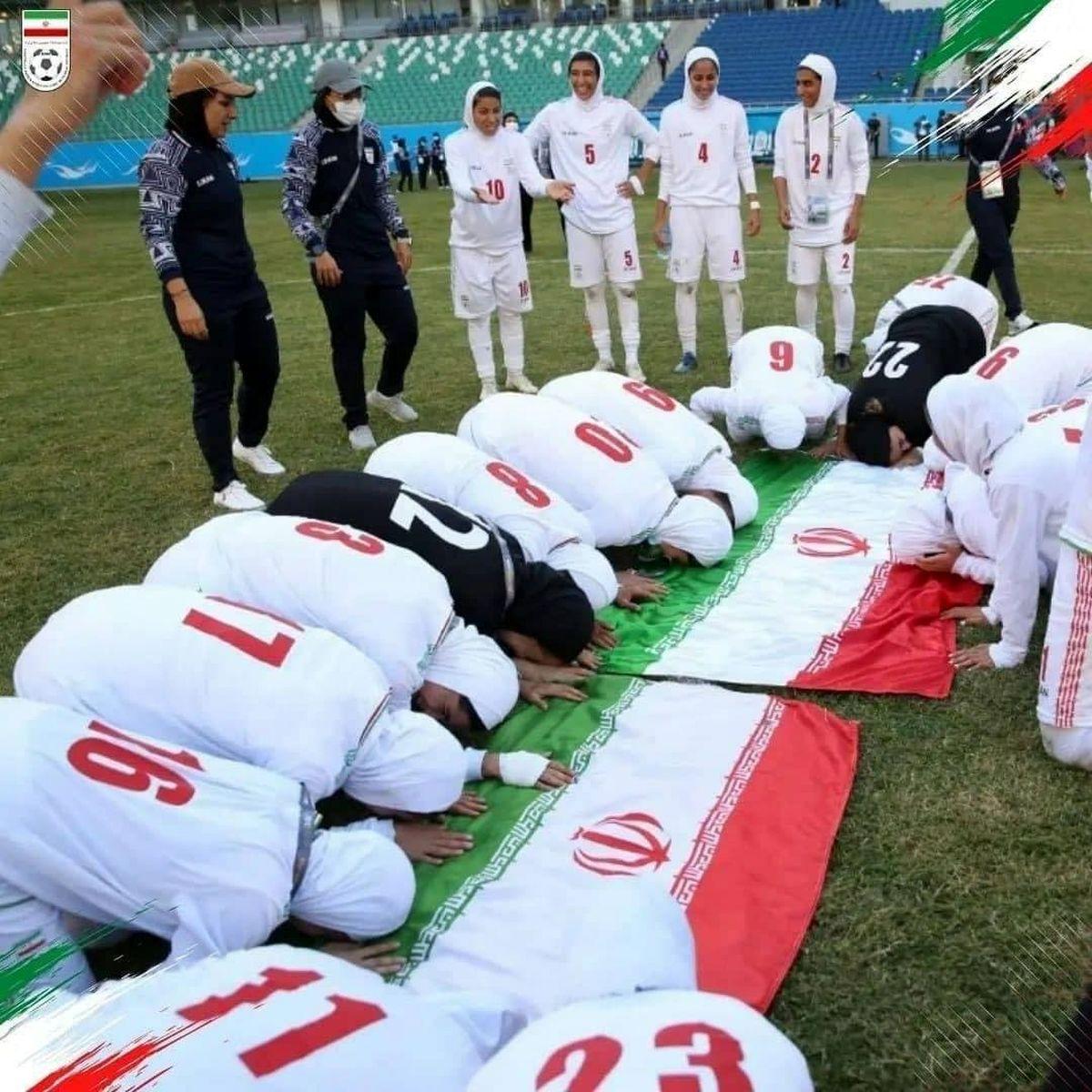 شادی منشوری دختران فوتبالی ایران در اتوبوس +فیلم