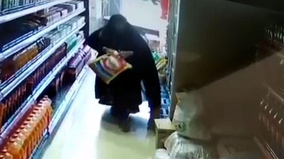 سرقت ٣ گونی برنج از یک فروشگاه توسط یک خانم+فیلم
