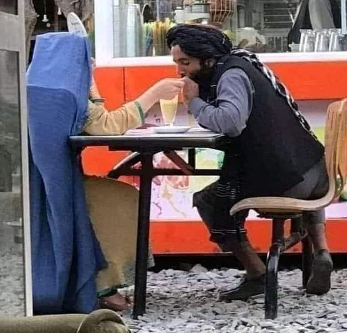 قرار عاشقانه یک عضو طالبان در کافه سیار در کابل! +عکش